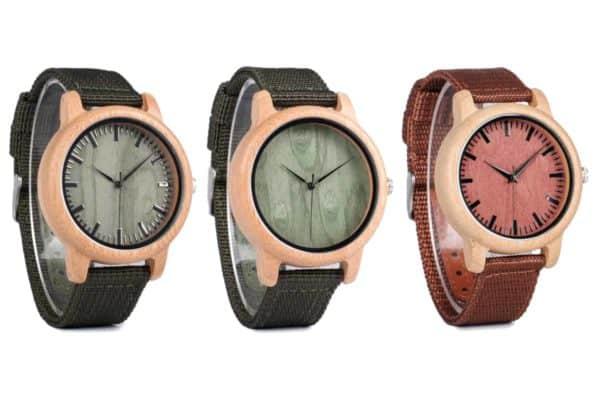3 montres en bois avec le bracelet en nylon vert et bordeaux