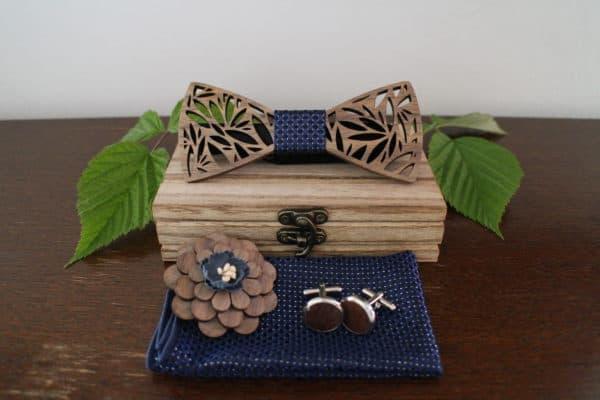 Coffret contenant un noeud papillon bleu en bois, une broche florale, des boutons de manchette et un tissu
