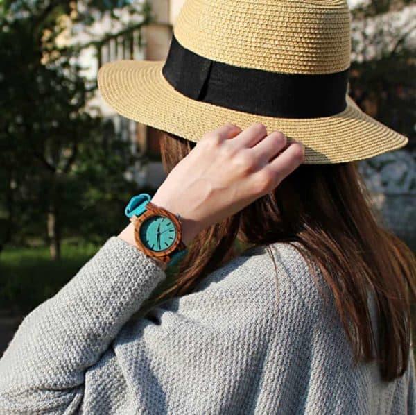 Montre en bois avec un bracelet en cuir bleu