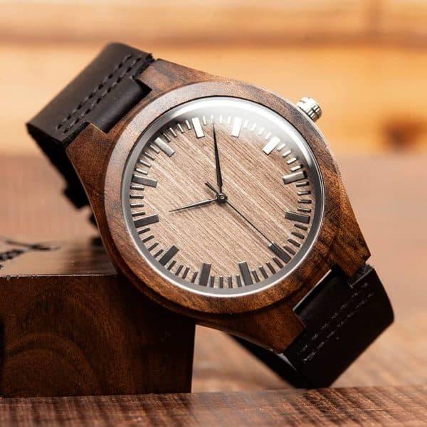 Montre en bois foncé avec bracelet en cuir