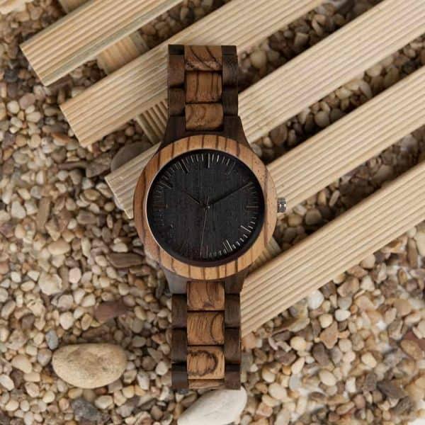 Montre uni en bois de couleur foncé avec bracelet en bois
